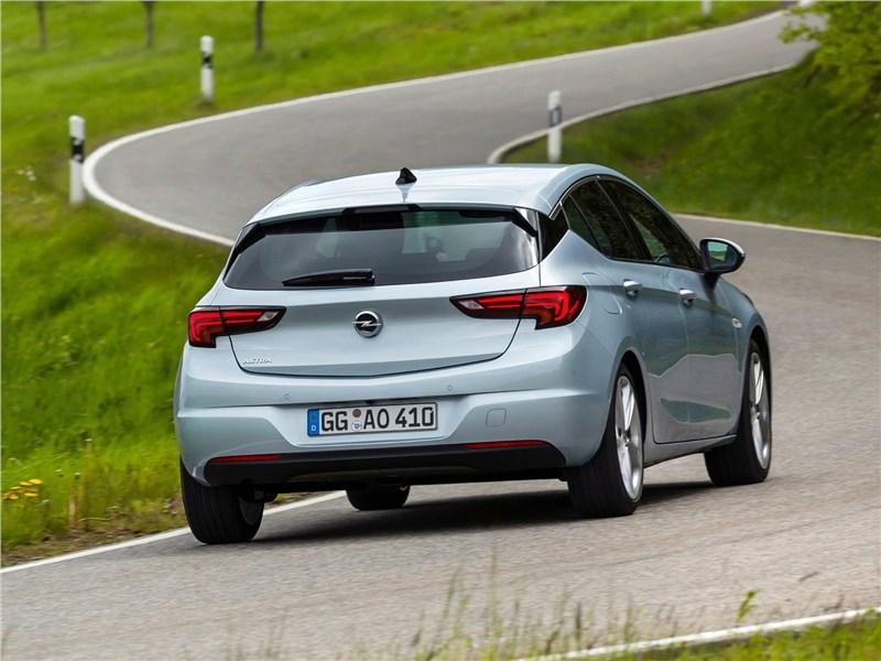 Opel Astra 2020 вид сзади