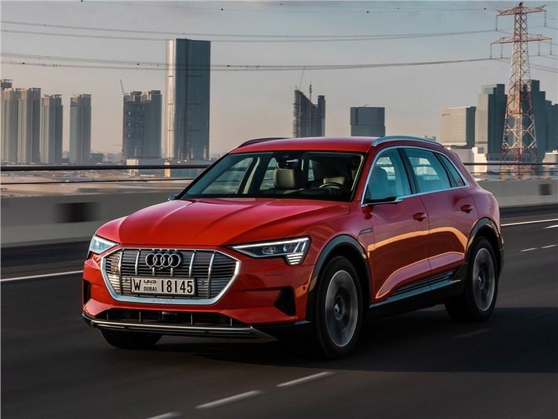 Audi e-tron 2020 вид спереди