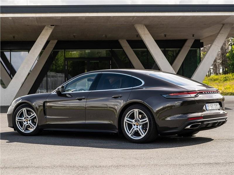 Porsche Panamera (2021) вид сзади