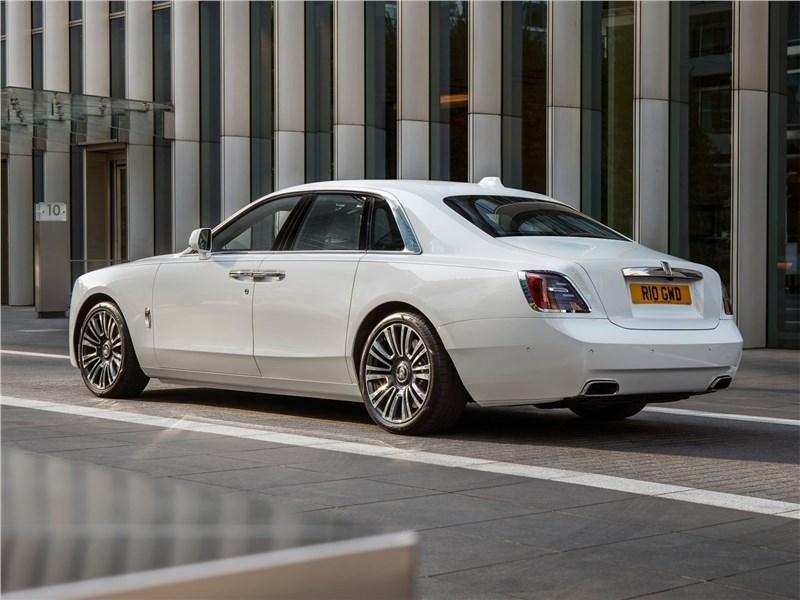 Rolls-Royce Ghost (2021) вид сзади