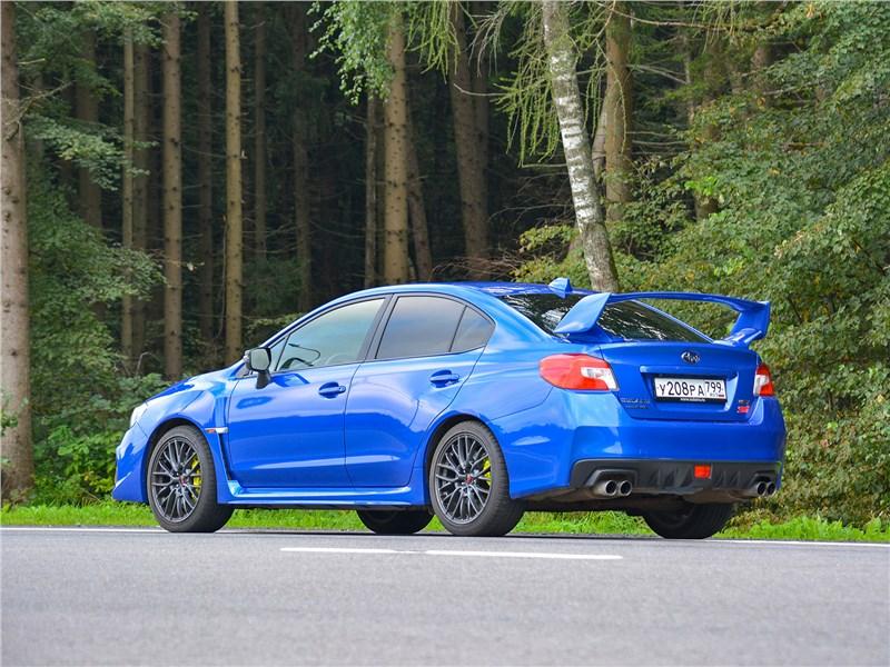 Subaru WRX STI (2018) вид сбоку сзади