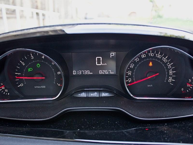 Peugeot 208 2013 приборная панель