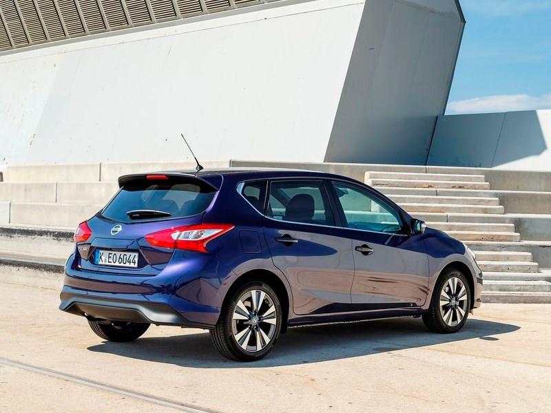 Nissan Pulsar 2015 вид сзади сбоку синий