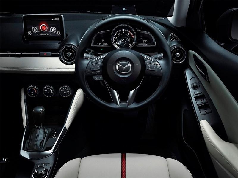 Mazda 2 2015 водительское место