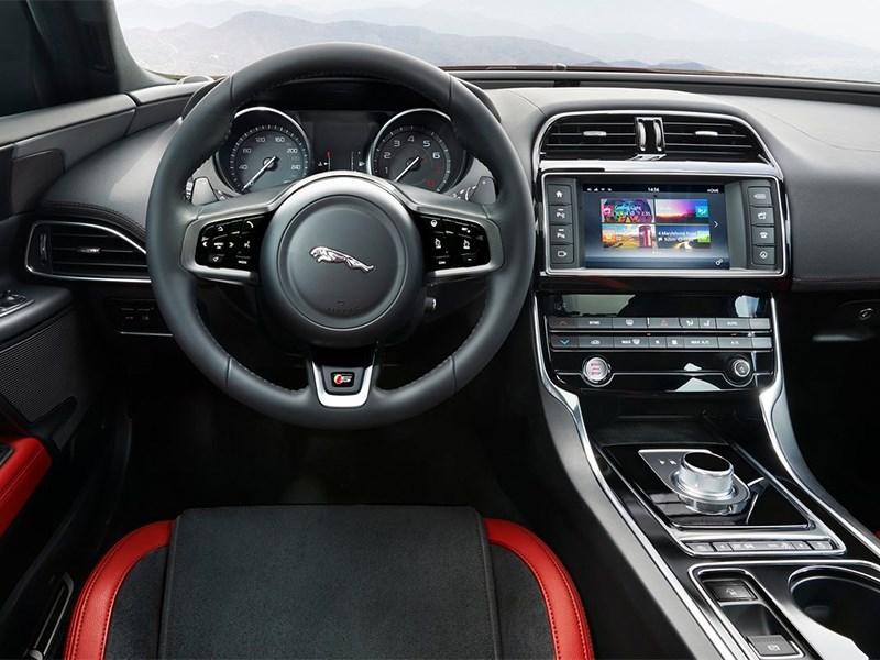 Jaguar XE 2015 водительское место