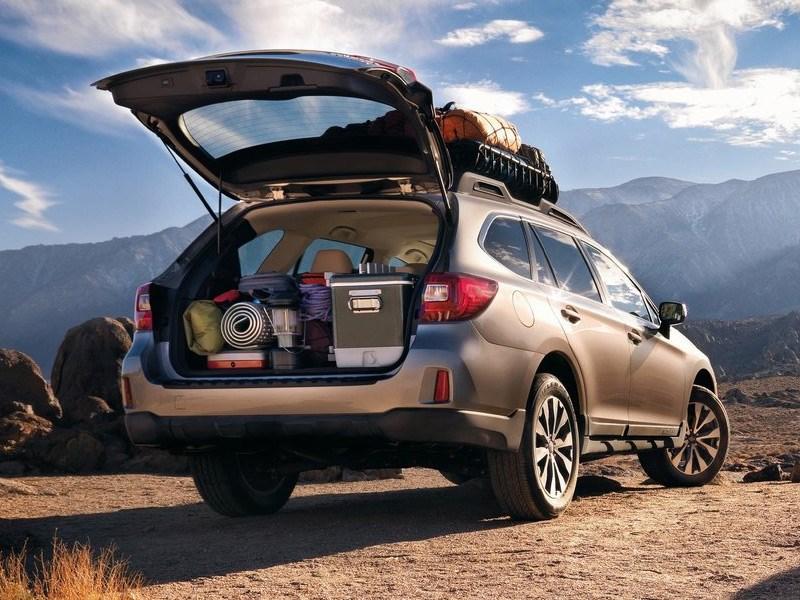 Subaru Outback 2015 вид сзади с открытым багажником