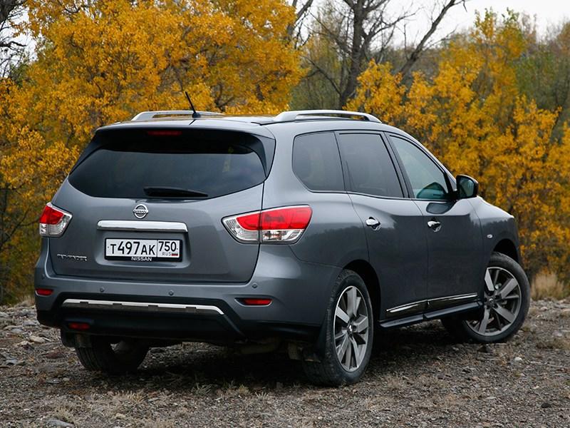 Nissan Pathfinder 2012 вид сзади