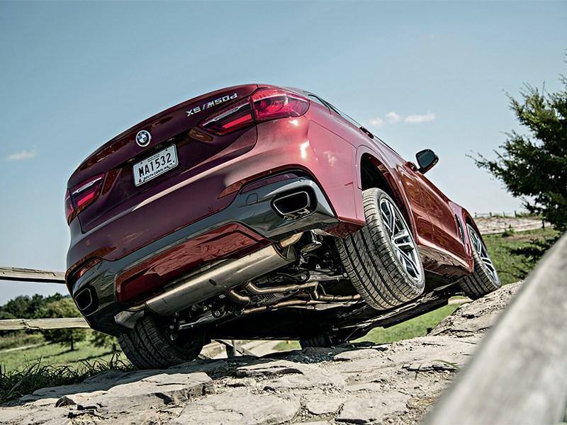 BMW X6 2015 вид сзади снизу