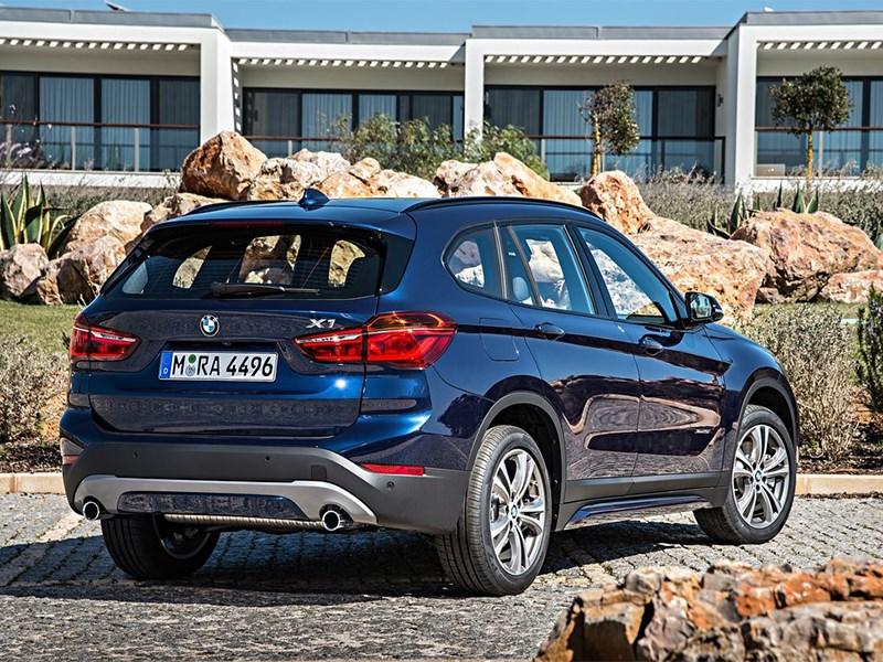 BMW X1 2016 вид сзади сбоку