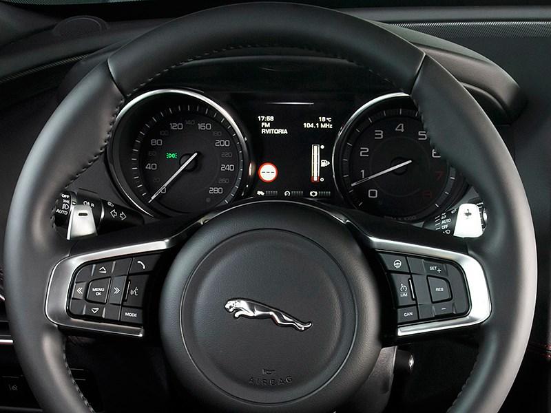 Jaguar XE 2015 руль и приборная панель