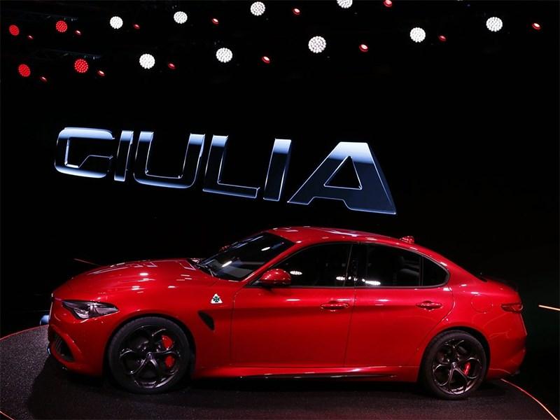 Alfa Romeo Giulia 2016 вид сбоку 2