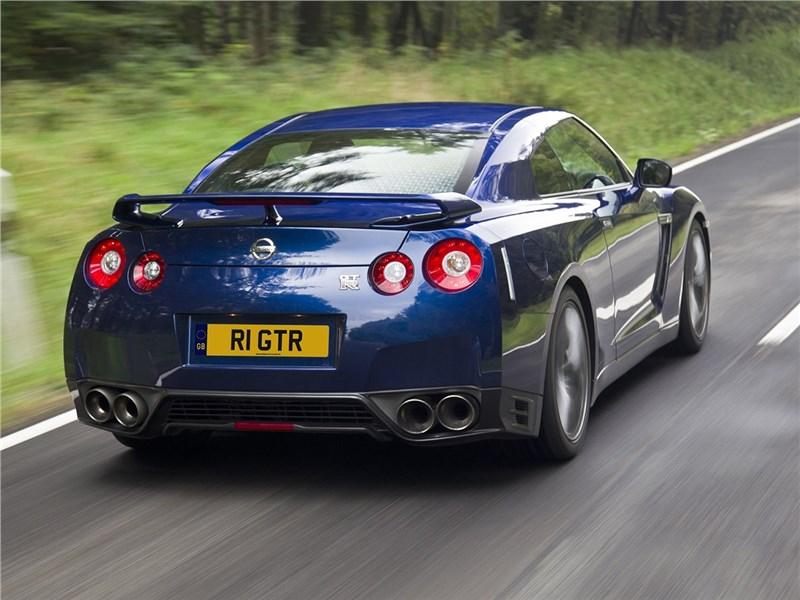 Nissan GT-R 2010 вид сзади