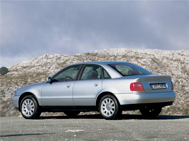Audi A4 1998 вид сзади сбоку
