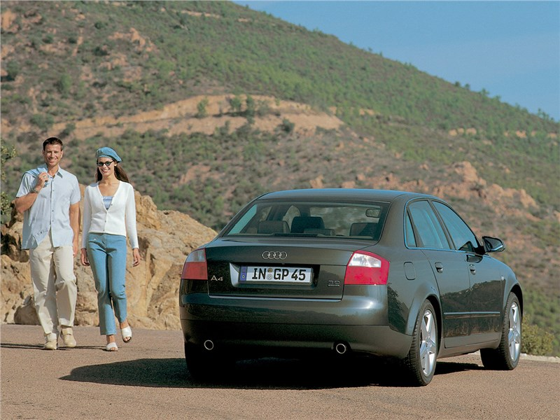 Audi A4 2000 вид сзади