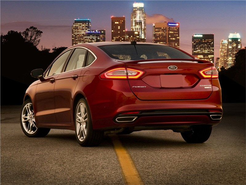 Ford Fusion 2012 вид сзади