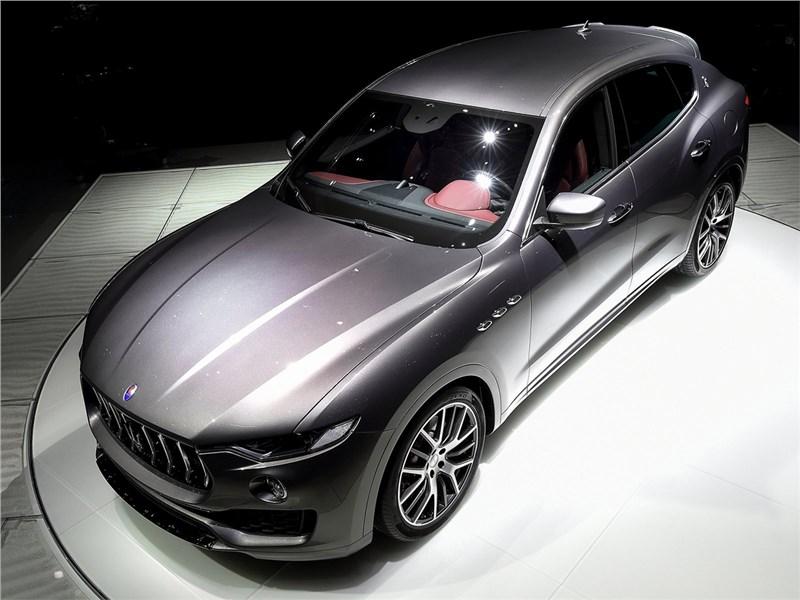 Maserati Levante 2017 вид спереди сверху