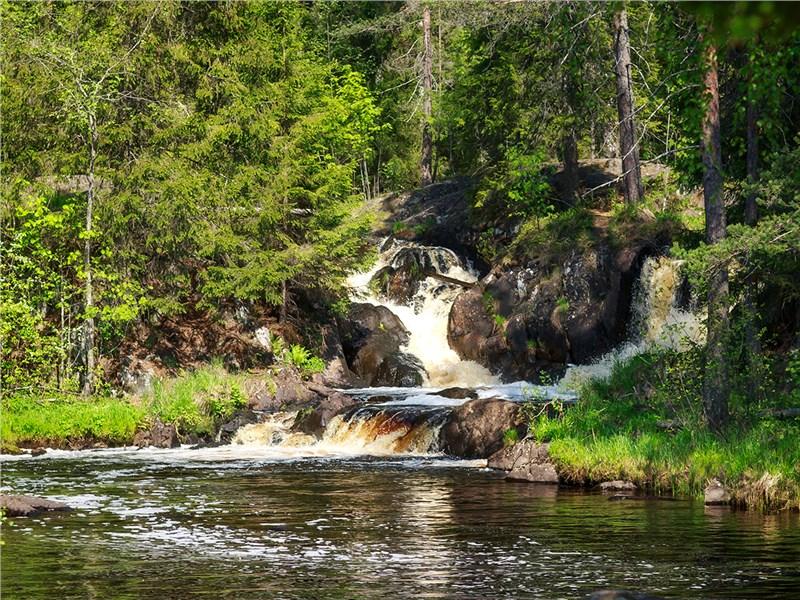 Водоемов в Карелии множество, встречаются и такие небольшие живописные водопады