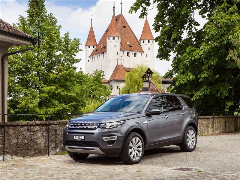 Наш комплимент дизайнерам Land Rover – модель Discovery Sport отлично смотрится и перед средневековым замком, и в современном мегаполисе