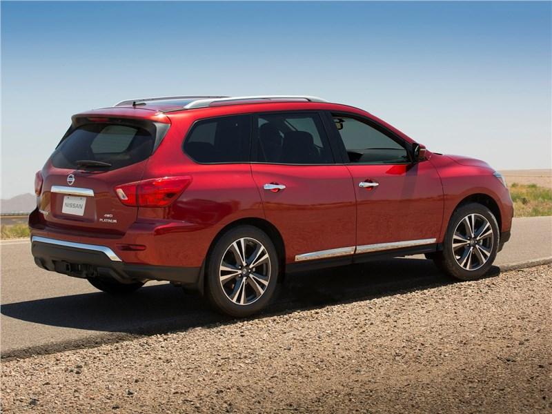 Nissan Pathfinder 2017 вид сзади сбоку