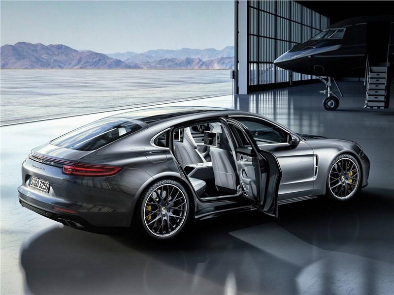 Porsche Panamera Executive 2017 вид сбоку с открытыми дверями