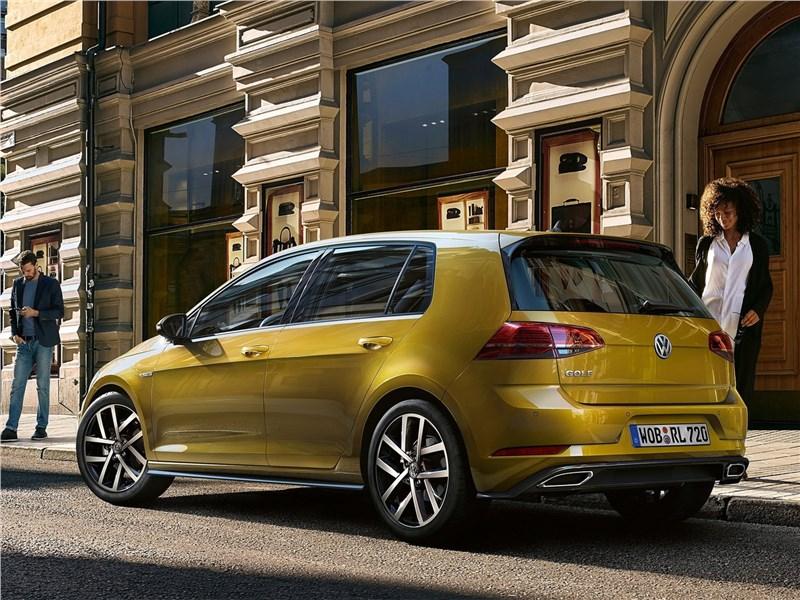 Volkswagen Golf 2017 вид сбоку сзади