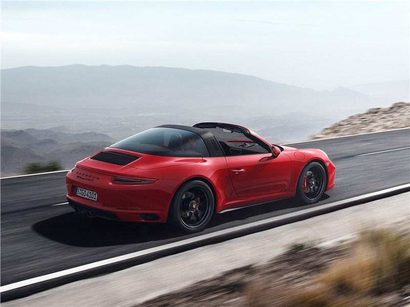 Porsche 911 GTS 2018 вид сзади сбоку