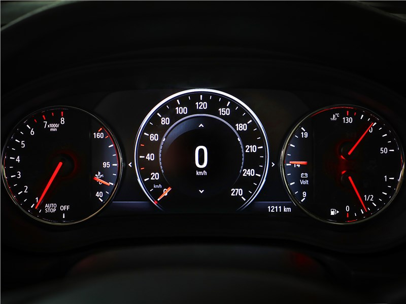 Opel Insignia Country Tourer 2018 приборная панель