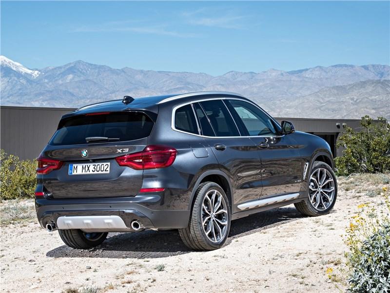 BMW X3 2018 вид сбоку сзади