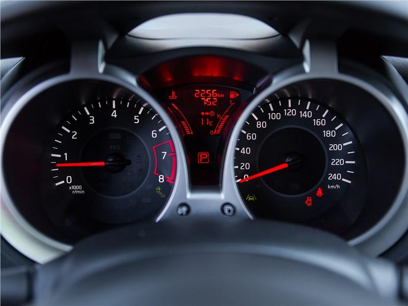 Nissan Juke 2017 приборная панель