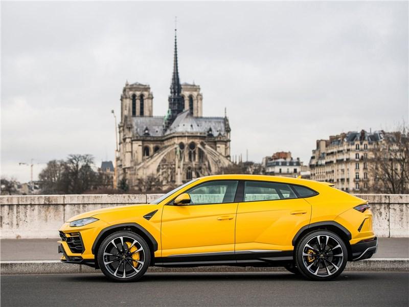 Lamborghini Urus 2019 вид сбоку