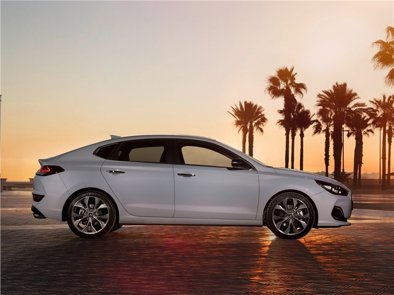 Hyundai i30 Fastback 2017 вид сбоку
