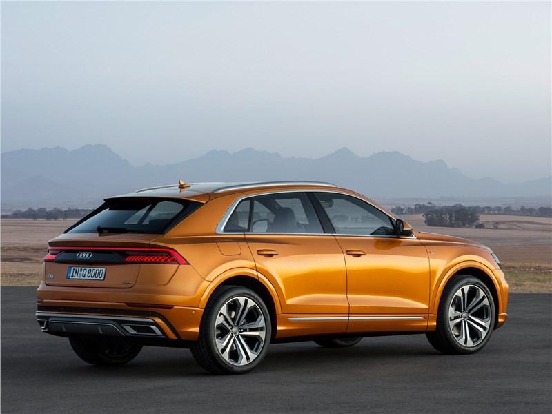 Audi Q8 2019 вид сбоку сзади