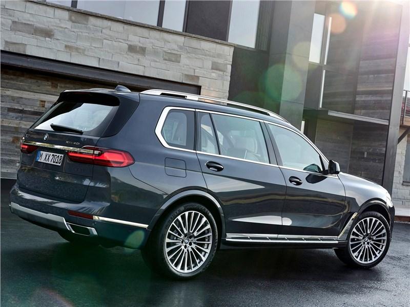 BMW X7 2019 вид сбоку сзади