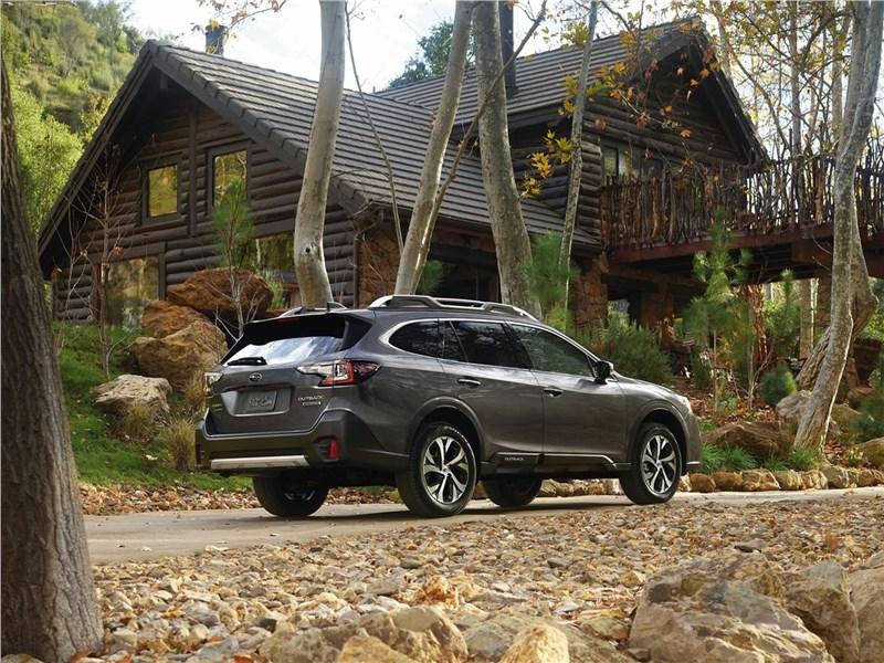 Subaru Outback 2020 вид сзади