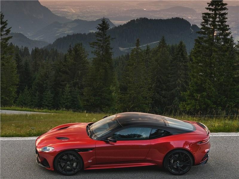 Aston Martin DBS 2019 вид сбоку сверху