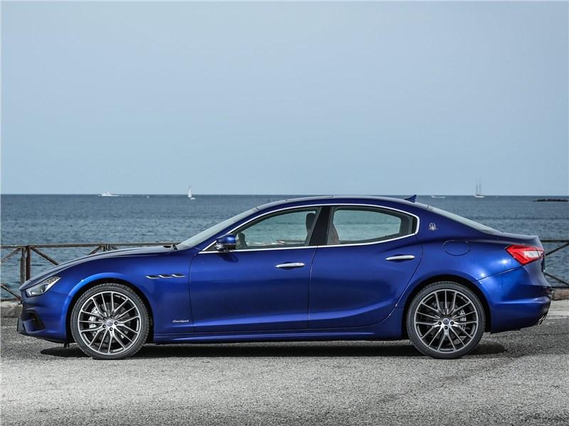 Maserati Ghibli 2019 вид сбоку