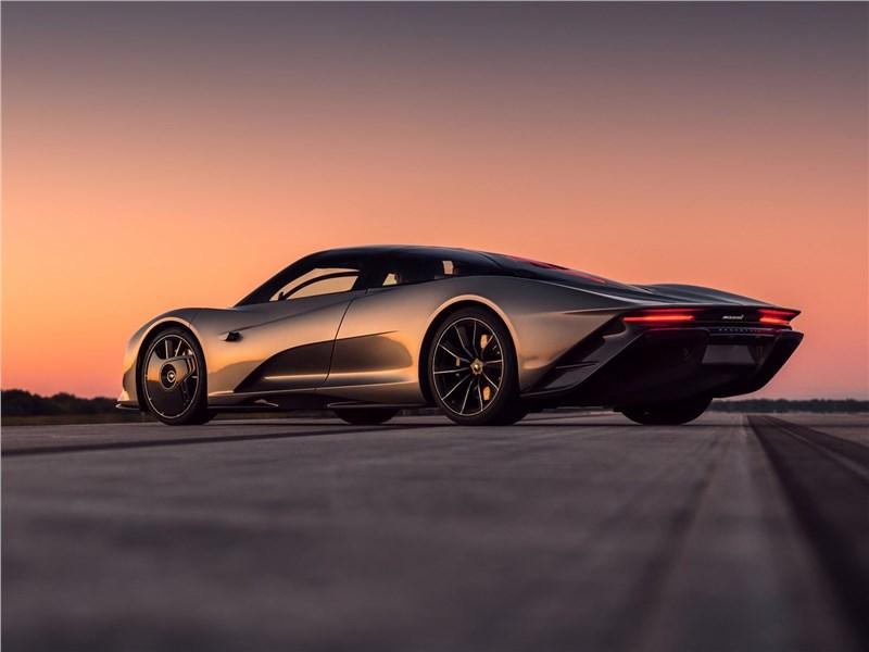 McLaren Speedtail 2020 вид сбоку сзади