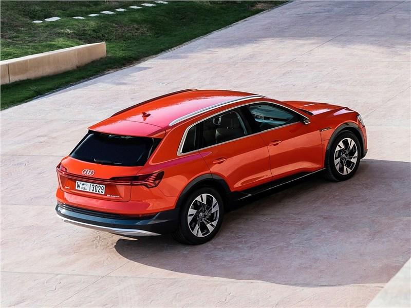 Audi e-tron 2020 вид сзади сверху