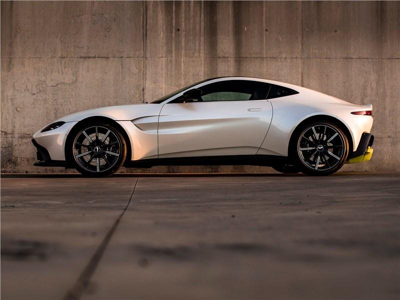 Aston Martin Vantage 2019 вид сбоку