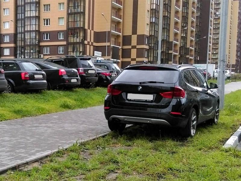 Для водителей придумали новые штрафы за мойку и парковку на газонах