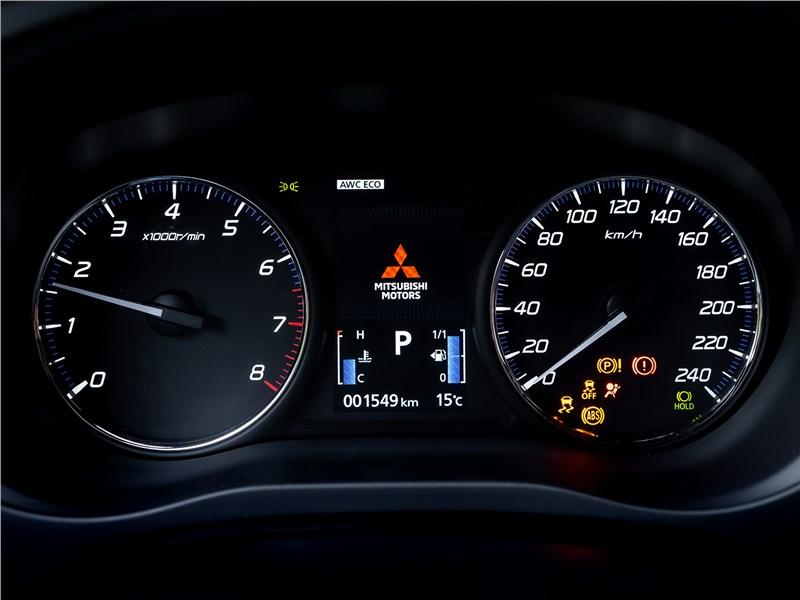 Mitsubishi Outlander 2021 приборная панель