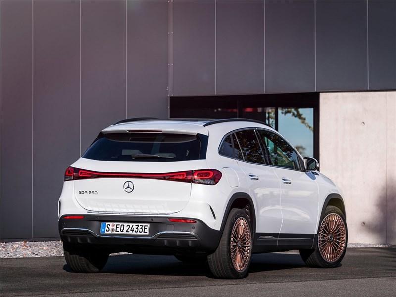Mercedes-Benz EQA (2022) вид сзади