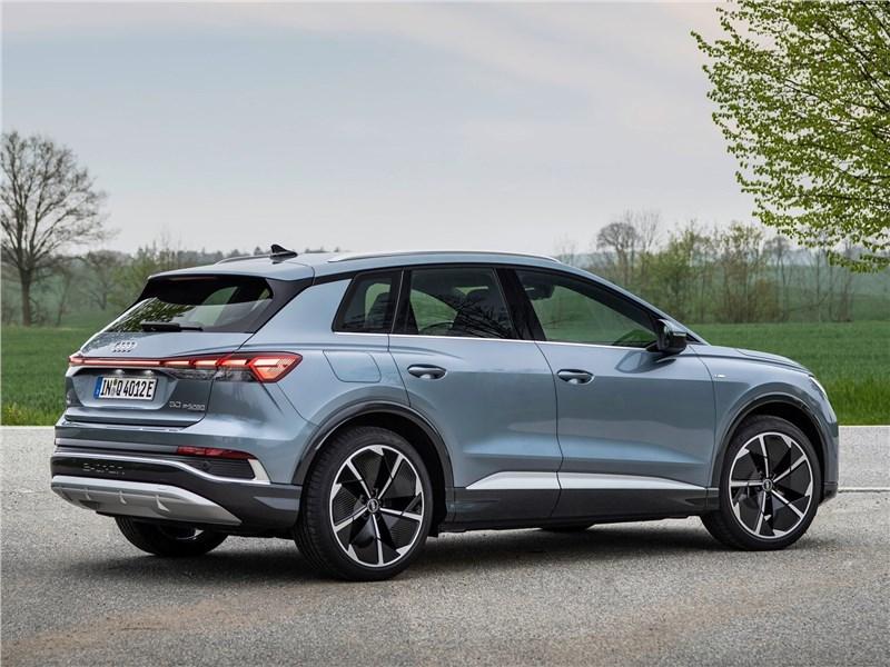 Audi Q4 e-tron (2022) вид сбоку сзади
