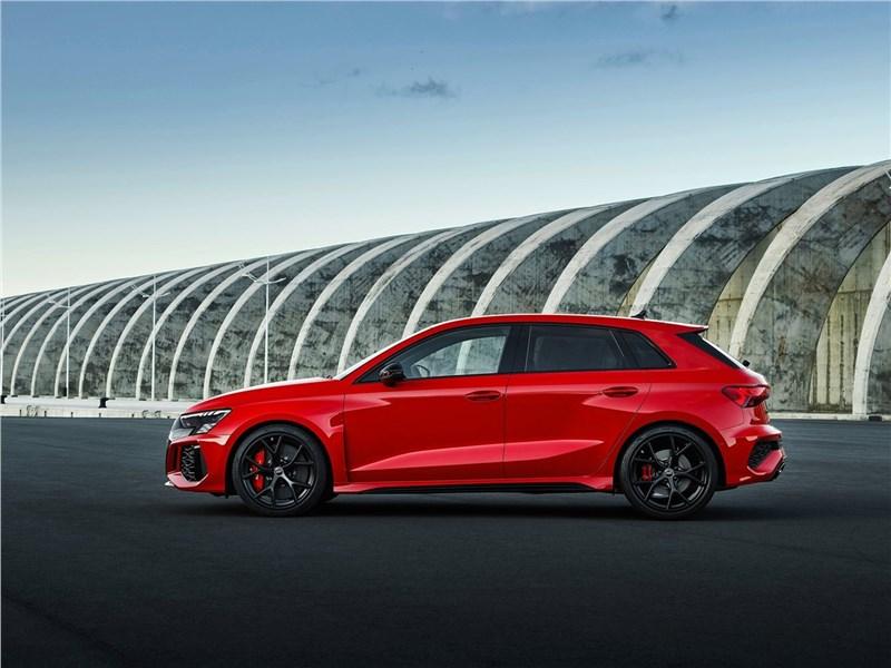 Audi RS3 (2022) вид сбоку
