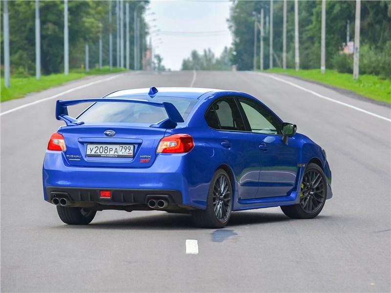 Subaru WRX STI (2018) вид сзади