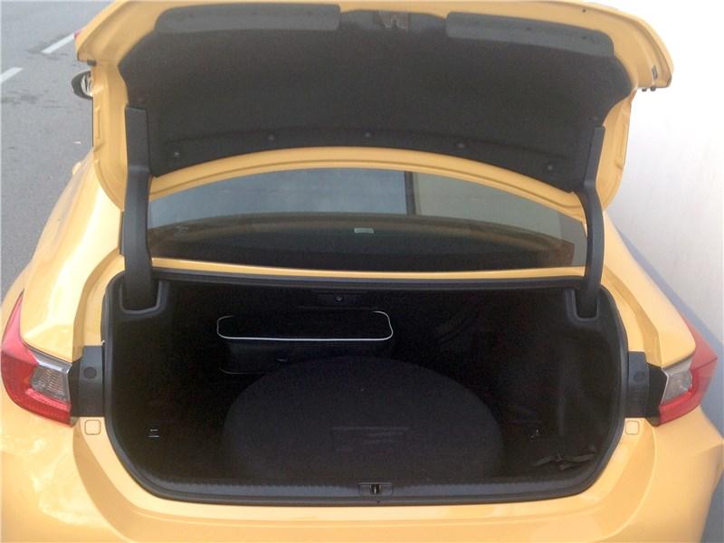 Lexus RC F 2015 багажное отделение