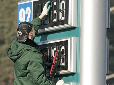 Цены на бензин не перестанут расти, поэтому нефтяники предлагают выдавать талоны на топливо