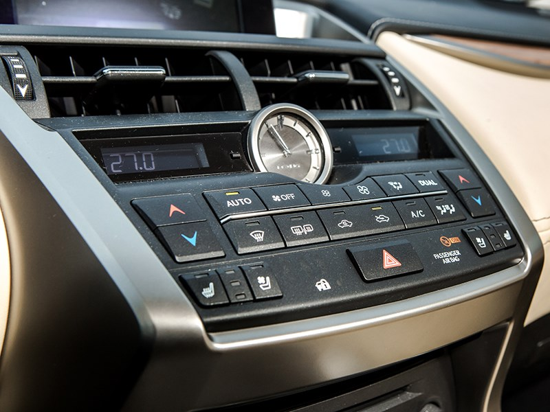 Lexus NX 300h AWD 2015 кнопки управления климатом и музыкой