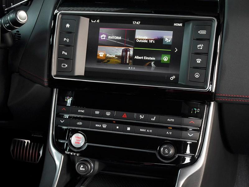 Jaguar XE 2015 центральная консоль
