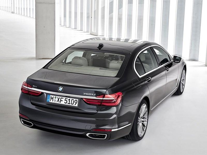 BMW 7-Series 2016 вид сзади сверху